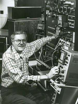 L'ingegnere Paul Klipsch agli strumenti di misura